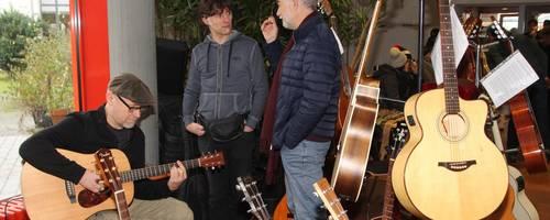 Wer ein Instrument kaufen will, der möchte es wie dieser Besucher auch gerne ausprobieren.  Foto: Heike Pöllmitz