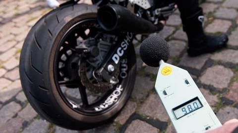 Für die einen ist das Motorradgeknatter ein cooler Sound, andere fühlen sich von dem Lärm einfach nur belästigt. Foto: dpa
