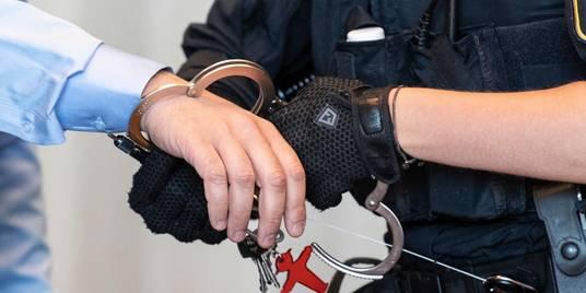 """Strenge Sicherheitsmaßnahmen: Ein Angeklagter im Prozess um """"Chemical Revolution"""" darf die Handschellen ablegen.  Foto: dpa"""