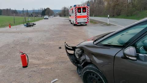 Beim Überholen ist ein Motorradfahrer aus Eschenburg mit dem Auto eines Wiesbadeners zusammengestoßen. Der Wiesbadener wollte auf den Parkplatz des Flughafens Breitscheid abbiegen. Foto: Jörg Fritsch