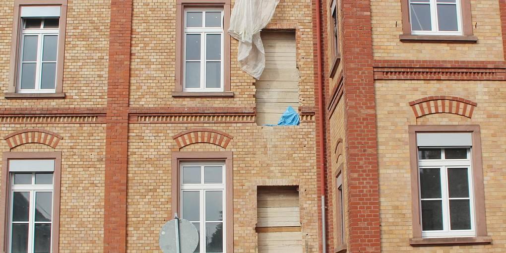 An dieser Seite des Gebäudes mit den Holzverschlägen soll der Fahrstuhl installiert werden. Wann genau, das steht noch nicht fest. Foto: Steffen Thimm