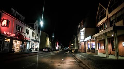 Verwaiste Straßen während einer nächtlichen Ausgangssperre gab es bereits in Gießen. JLU-Forscher haben jetzt deren Wirksamkeit untersucht und sind dabei zu einem überraschenden Ergebnis gekommen. Archivfoto: Jung