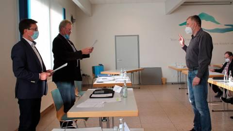 Im Beisein von Bürgermeister Ralph Venohr (links) nimmt der neue Parlamentschef Hans Joachim Rompf (FW) dem ehrenamtlichen Ersten Beigeordneten Marco Herrmann (FW) den Amtseid ab.  Foto: Helga Peter