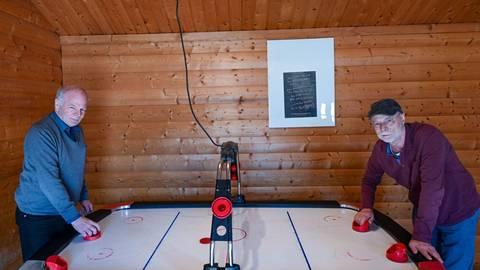 Normalerweise wird das Air-Hockey gerne von den untergebrachten Kindern und Jugendlichen gespielt. Jetzt stehen Hermann (links) und Gustav Fetzer an dem Tisch, um ihn am Laufen zu halten. Foto: Dirk Zengel