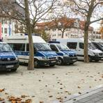 Sieben Einsatzfahrzeuge der Bundespolizei stehen auf dem Marktplatz in Rüsselsheim.                           Foto: Vollformat/Volker Dziemballa