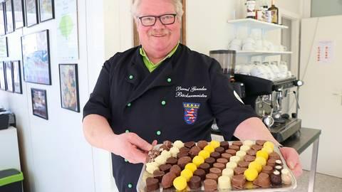 Zu den Spezialitäten, die Bernd Ginader in seiner Ourewäller Kuchestubb in Mörlenbach bereitet, gehört auch eine ganze Palette von Pralinensorten. Foto: Katja Gesche