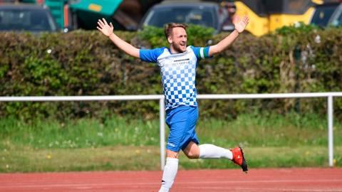 Jannik Jung im Trikot des SC Viktoria Nidda: Er bejubelt eines seiner vielen Tore während der Gruppenliga-Rekordsaison.  Archivfoto: erg