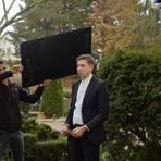 """Dreharbeiten für den Trailer des Studentenfilms """"Die unkonventionelle Überfahrt des Timm Nyman"""". Produzent Marc Boutter (rechts) verkörpert auf dem Arheilger Friedhof die Titelfigur, die wegen eines Briefes ihrer verstorbenen Mutter auf eine Reise zum großen Geheimnis ihres Lebens geht. Foto: Filmproduktion"""
