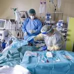 Intensivpflegekräfte im Einsatz im Patientenzimmer.  Foto: Sascha Kopp