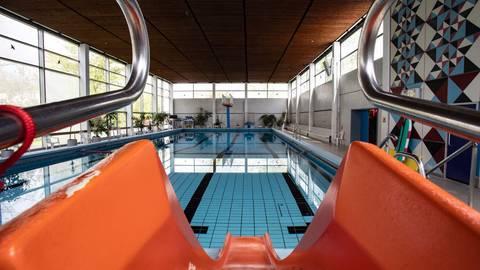 Zurzeit bleibt das Schwimmbecken meistens leer. Nur sieben von 40 Gruppen dürfen ins Wasser. Das hat Auswirkungen auf die Finanzen. Foto: Vollformat/Dziemballa