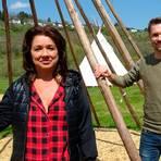 Brigitte Brandenburger und Julien Kruse hoffen, dass die Tipis auf dem Runkeler Campingplatz bald von den Besuchern auch tatsächlich bewohnt werden können. Foto: Kerstin Kaminsky