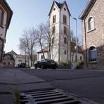 """Im Siefersheimer Ortskern beklagen Anwohner immer wieder zugeparkte Straßen – zuletzt durch eine Flotte von Amazon-Paketbussen. Hat das Dorf eine Lösung parat? """"Wenn sich jeder an die Regeln hält, haben wir das Problem nicht mehr"""", fordert Bürgermeisterin Annerose Kinder. Foto: pakalski-press/Boris Korpak"""