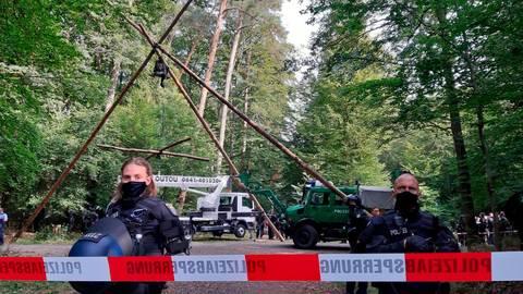 Die Polizei begleitet die Arbeiten des Forstamtes, um die Wege frei zu räumen. Dazu muss sie einen Aktivistin von einem zehn bis 13 Meter hohen Podest holen. Foto: Gössl