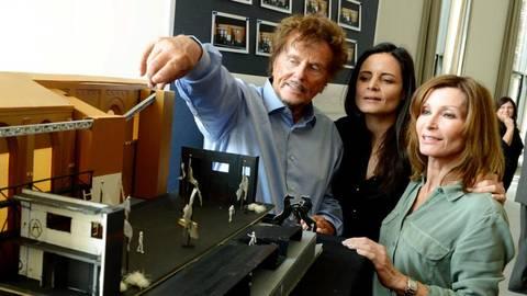 Dieter Wedel 2014 im Wormser Theater mit Elisabeth Lanz, die ihn verteidigt.Archivfoto: dpa   Foto: