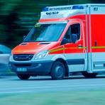 16-Jähriger greift Polizisten an: Eine Rettungswagenbesatzung bringt den Beamten ins Krankenhaus. Symbolfoto: K. Rahn/Fotolia