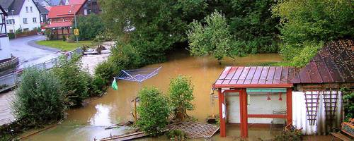Im September 2006 standen die Gärten in Bischoffen  unter Wasser, die Brühe schwappte in die Keller der Häuser. Archivfoto: Klaus Peter