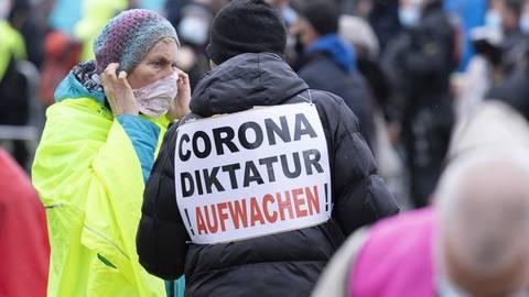 """Teilnehmer einer Demonstration der Initiative """"Querdenken"""" in Frankfurt am 11. April. Insgesamt kamen zu der Veranstaltung deutlich weniger Teilnehmer als zunächst erwartet.  Foto: dpa"""