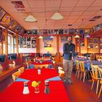 """Selbst die Einrichtung ist farbenfroh: Rabun Aksoy in seinem Restaurant """"Ararat"""". Fotos: Andreas Kelm /  Alexandra Welsch"""