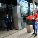 Peter Urban (rechts) hat sein Essen in dieser Woche auch ins Rathaus geliefert. Foto: Michael Kapp