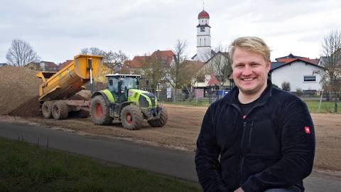 Der aktuelle Grolsheimer Ortsbürgermeister  Matthias Hang an der Baustelle des künftigen Freizeitgeländes am Damm: Dort ist unter  anderem eine große Spielelandschaft geplant. Foto: Thomas Schmidt