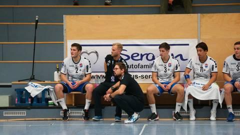 Hat sich für das Duell seines TV Hüttenberg gegen Bietigheim sicher etwas überlegt: Coach Frederick Griesbach (r.). Foto: Steffen Bär