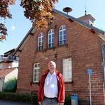 Vor dem Dorfgemeinschaftshaus steht Frank Jochum: Das frühere alte Rathaus wurde mithilfe des Ortsbeirats saniert. Foto: Katja Gesche  Foto: Katja Gesche