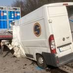 In diesem Sprinter wurde der Fahrer nach einem Auffahrunfall eingeklemmt und dabei tödlich verletzt.  Foto: Klaus-Dieter Häring