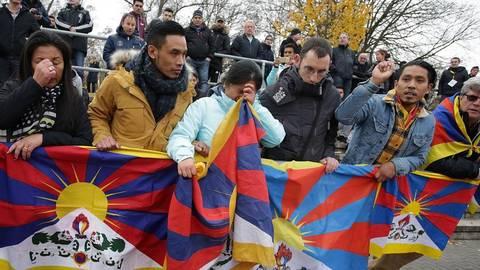 Zuschauer mit der Tibet-Flagge auf der Bezirkssportanlage in Mainz. Foto: dpa