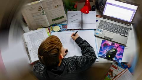 Ein Schüler im Fernunterricht.  Foto: Sascha Kopp