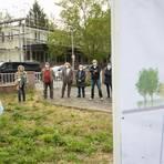 Viele Anwohner sind gegen den Bau eines Mehrfamilienhauses in der Poststraße. Das wurde beim Ortstermin am Samstag mehr als deutlich. Foto: Gutschalk