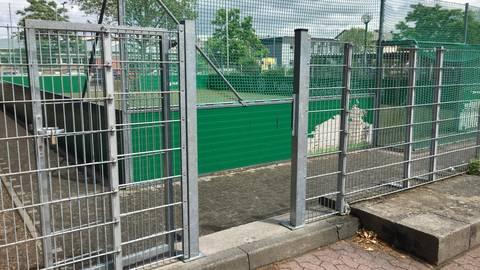 Eines von vielen Beispielen im Stadtgebiet: Das Kleinspielfeld an der IGS Sophie Sondhelm ist für Rollifahrer ohne fremde Hilfe nicht zugänglich – auch nicht zum Zuschauen. Barrierefrei sieht anders aus. Die Grünen wollen das ändern. Foto: Rüdiger Lutterbach