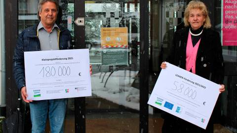 Symbolische Schecks: Günter Richter und Roswitha Still, die beiden Vorsitzenden des Regionalvereins 3-Länder-Eck, freuen sich über die Fördermittelzusagen. Foto: Leader-Region 3-Länder-Eck