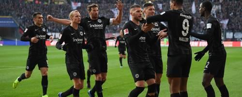 Frankfurts Spieler beglückwünschen Sebastien Haller (2.v.r.) nach seinem Tor zum 1:0. Foto: dpa