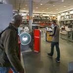 """Im Fachgeschäft """"Fotogena"""" müssen die Kunden derzeit wie überall einen negativen Test vorweisen, bevor es mit Maske in den Laden geht. Mehr als die Hälfte der Darmstädter Innenstadt-Geschäfte hat wieder geöffnet. Foto: Guido Schiek"""