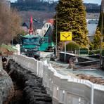 Seit März wird die Uferstraße in Lixfeld saniert. Links im Bild ist der Graben zu sehen, in den die Wasserleitung gelegt wird.  Foto: Mark Adel