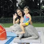 Gut drauf: Nesem Kocakafa mit ihrer Tochter Sinem im Sommer 2013 im Hochschulbad. Foto: Claus Völker