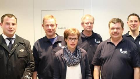 Bürgermeister Stephan Paule (rechts) gratulierte den Geehrten bei der Feuerwehr Angenrod. Foto: Weitzel  Foto: Weitzel