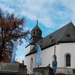 Kirchturmkreuz und Wetterhahn krönen den Turm der evangelischen Kirche in Brandoberndorf Foto: Helmut Serowy