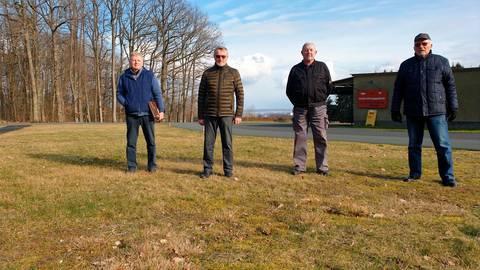 Eng mit dem Feldhandball des TV Groß-Rechtenbach verbunden: (v.l.) Hartmut Schneider, Erich Weber, Friedhelm Bonn und Karl-Heinz Skorupke.  Foto: Alexander Fischer