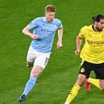 Kevin De Bruyne von Manchester und Dortmunds Emre Can (r.) kämpfen um den Ball.   Foto: dpa/ Federico Gambarini