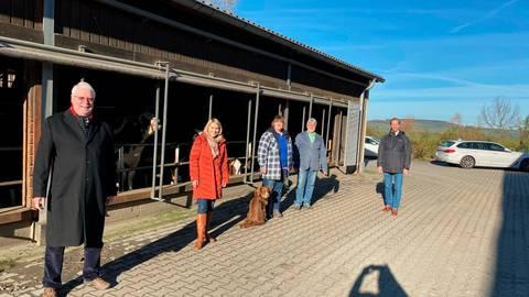 Im Austausch auf dem Hof Rahn-Farr in Rinderbügen: Jörg-Uwe Hahn, Wiebke Knell, Andrea Rahn-Farr, Wolfgang Patzak und Frei Messow (v.l.). Foto: Geiß