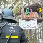 Ein Polizist steht im Dannenröder Forst vor einem Baumhaus, in dem sich Aktivisten aufhalten. Aktivisten protestierten gegen geplante Rodungsarbeiten für den Weiterbau der Autobahn 49. Polizisten sind damit beschäftigt, die verschiedenen Barrieren zu räumen.  Symbolfoto: Helmut Fricke/dpa