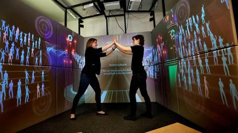 """Im Showroom für """"Serious Games"""" der Technischen Universität demonstrieren die Doktorantinnen Katrin Hofmann (links) und Polona Caserman Übungen eines Fitness-Spiels.  Foto: Andreas Kelm"""