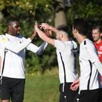 Weil dem Verein das Auftreten von Mohamadou Idrissou (Zweiter von links) nicht gefiel, ist das Gastspiel des früheren Bundesligaprofis bei Viktoria Griesheim schon wieder beendet. Foto: Jens Dörr