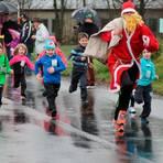 Mit der Verfolgung des Weihnachtsmanns wird es 2020 beim Gießener Silvesterlauf nichts, aber die Organisatoren haben sich trotzdem ein tolles Programm einfallen lassen. Foto: Helmut Serowy