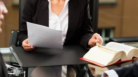 Wer aus einer Erbengemeinschaft aussteigen will, kann seinen Anteil verkaufen und dies notariell Beurkunden lassen. Foto: dpa