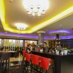 An der Bar werden im Jia Yao Wu Cocktail-Klassiker wie Caipirinha oder Pina Colada gemixt. Überzeugen kann das Lokal auch mit den Speisen. Fotos: Guido Schiek/Prisca Jourdan
