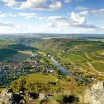 Auf der Vitaltour Geheimnisvoller Lemberg gibt es immer wieder gigantische Ausblicke wie diesen über Oberhausen und das Nahetal. Foto: Naheland-Touristik