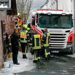 Einsatzkräfte der Feuerwehr bemühen sich, den festsitzenden Tankwagen wieder flott zu bekommen.  Foto: Jörg Fritsch