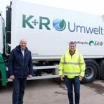 """Harald und Alexander Gschweng mit Maximilian Hackl vor einem der """"Presswagen"""", die ab Januar im Einsatz sind. Foto: Martin Fromme"""